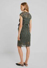 MAMALICIOUS - MLNEWMIVANA DRESS - Vestido de cóctel - leaf clover - 2