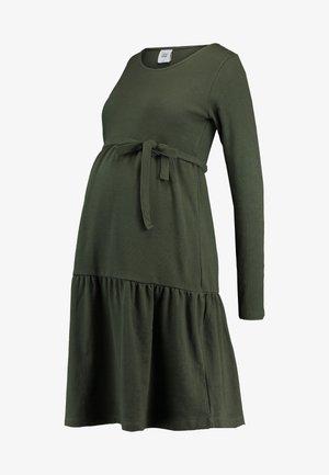 MLKAMINA DRESS - Žerzejové šaty - climbing ivy
