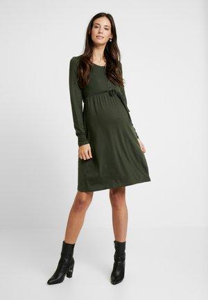 MLSHANA LIA DRESS - Jerseyklänning - climbing ivy