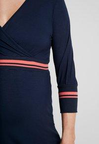 MAMALICIOUS - MLMELANY TESS 3/4 DRESS  - Žerzejové šaty - navy blazer - 6