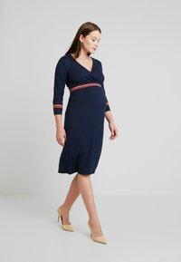 MAMALICIOUS - MLMELANY TESS 3/4 DRESS  - Žerzejové šaty - navy blazer - 0