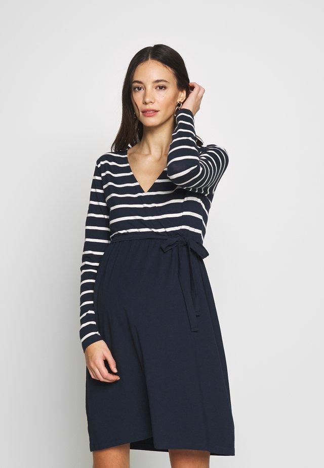MLMADELLEINE TESS DRESS - Jerseyklänning - navy blazer/snow white