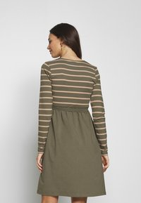 MAMALICIOUS - MLMADELLEINE TESS DRESS - Vestido ligero - dusty olive - 2