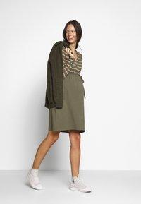 MAMALICIOUS - MLMADELLEINE TESS DRESS - Vestido ligero - dusty olive - 1