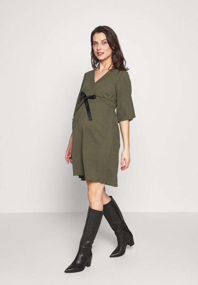 MLKAYA DRESS - Žerzejové šaty - dusty olive