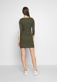 MAMALICIOUS - MLSIGRID BLOCK 3/4 SHORT DRESS - Sukienka dzianinowa - dusty olive/(snow white) - 2