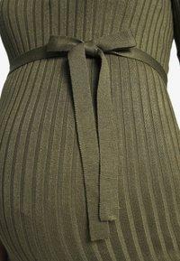 MAMALICIOUS - MLSIGRID BLOCK 3/4 SHORT DRESS - Sukienka dzianinowa - dusty olive/(snow white) - 4