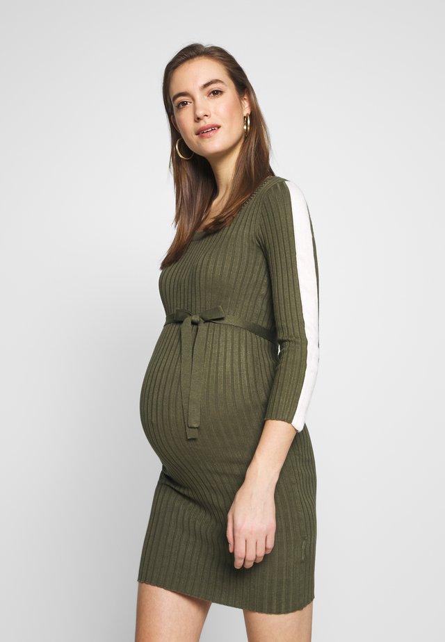 MLSIGRID BLOCK 3/4 SHORT DRESS - Pletené šaty - dusty olive/(snow white)