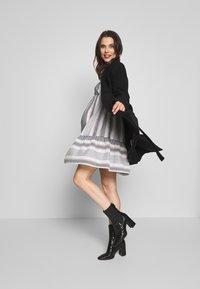 MAMALICIOUS - MLEVIA 3/4 SHORT DRESS - Sukienka letnia - snow white/navy blazer - 1