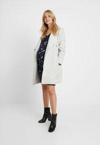MAMALICIOUS - MLNILLE NELL DRESS - Vestido de tubo - navy blazer/snow white - 1