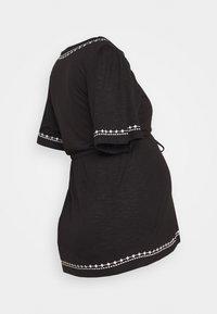 MAMALICIOUS - MLKATE TESS - Camiseta estampada - black/white - 1