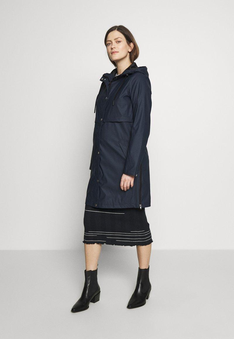 MAMALICIOUS - MLJOELLE ZIPPY SIDE RAINCOAT - Impermeable - navy blazer