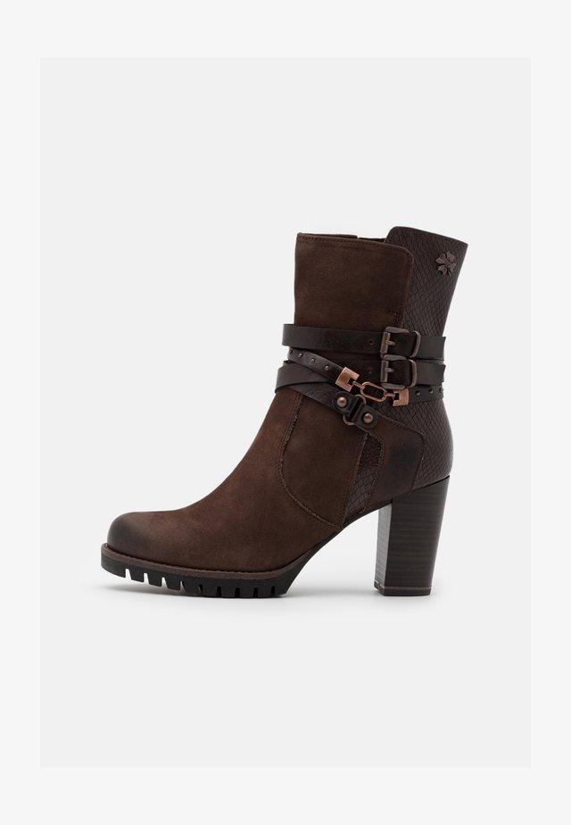 BOOTS - Højhælede støvletter - mocca
