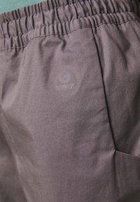 Mammut - CAMIE PANTS WOMEN - Teplákové kalhoty - shark - 4