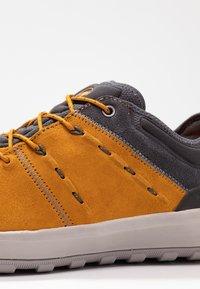 Mammut - HUECO LOW GTX MEN - Chaussures de marche - dark golden/dark titanium - 5