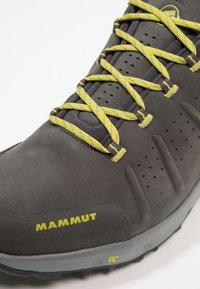 Mammut - CONVEY LOW GTX - Zapatillas de senderismo - graphite/dark citron - 6