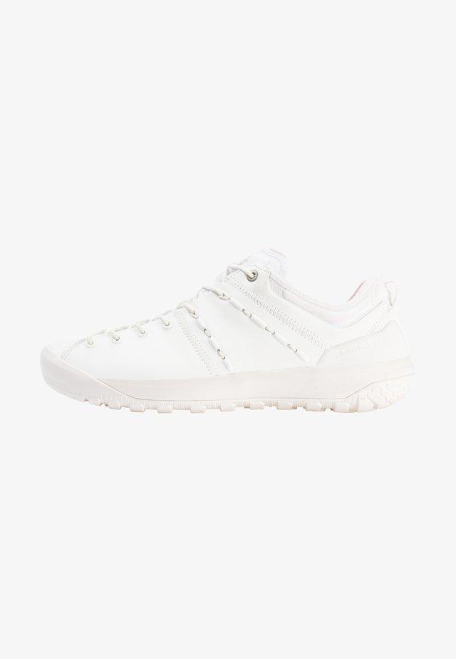 HUECO ADVANCED LOW MEN - Obuwie hikingowe - bright white