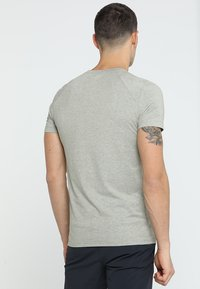 Mammut - CRASHIANO POCKET MEN - T-shirt z nadrukiem - oliv