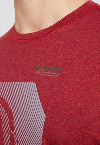 Mammut - SLOPER  - T-shirt z nadrukiem - mottled red - 5