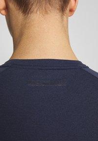 Mammut - AEGILITY  - T-shirt z nadrukiem - marine melange - 3