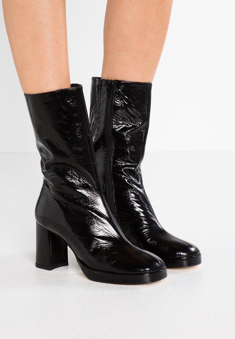 MIISTA - CARLOTA - Platform boots - black gloss