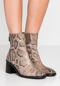 MIISTA - CYBIL - Classic ankle boots - taupe - 0