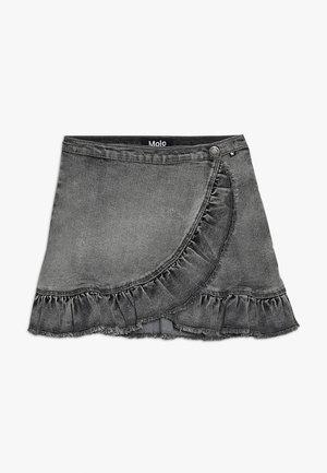 BRIGITT - Falda cruzada - grey washed denim