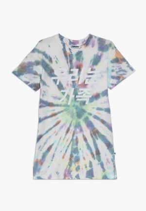 CARO - Žerzejové šaty - multi tie dye