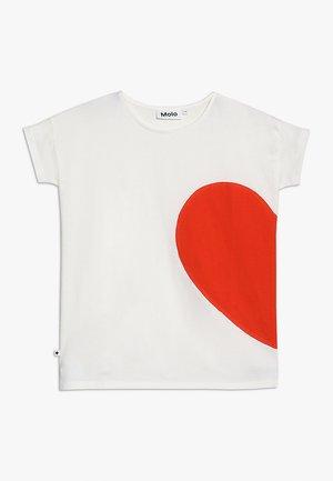 RILLA - T-shirt med print - off white/red