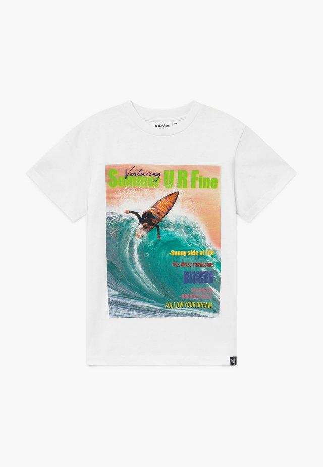 ROXO  - T-shirt med print - white