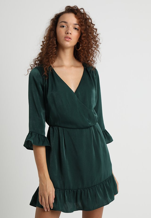 MODERN MELODY RUFFLE DRESS - Korte jurk - emerald