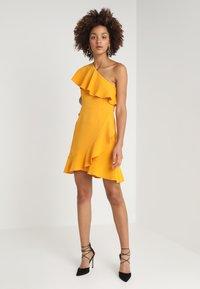 MINKPINK - PONTE DRESS - Sukienka z dżerseju - mango - 1