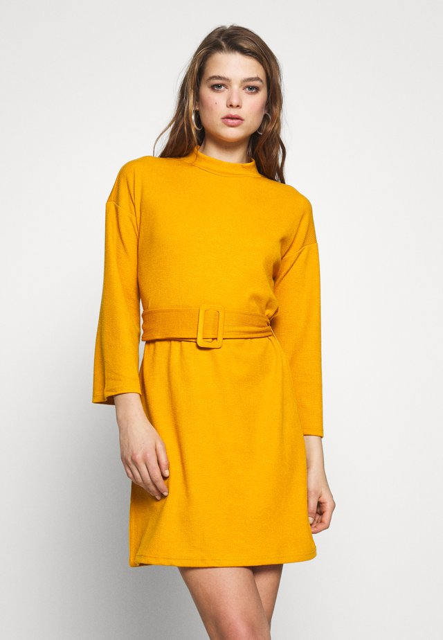 ERICA DRESS - Strikket kjole - mustard
