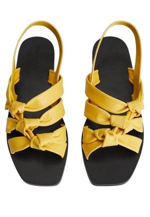 MARINI - Sandaalit nilkkaremmillä - gelb