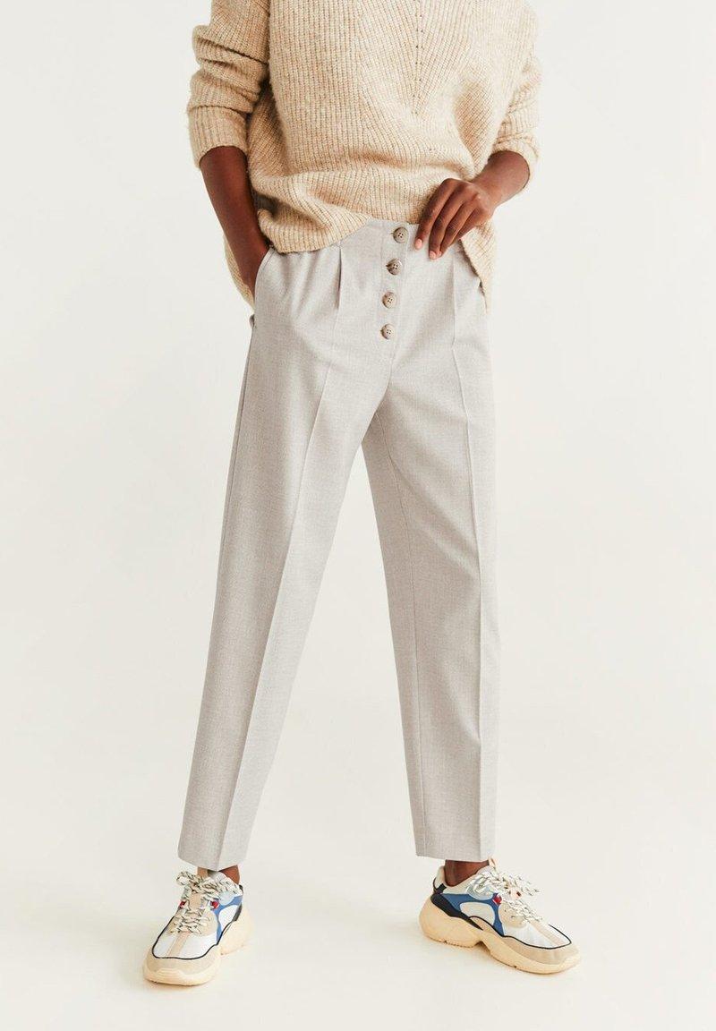 Mango - MIT KNÖPFEN - Trousers - beige