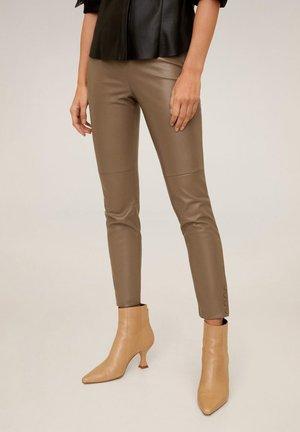 SCHMALE HOSE AUS KUNSTLEDER - Pantalon classique - bruin