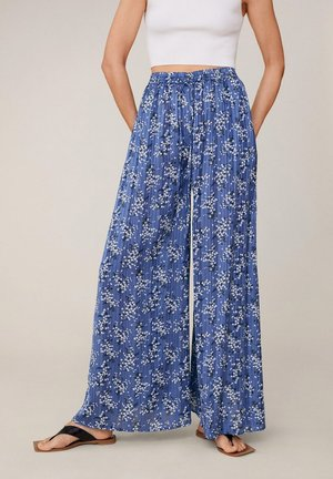 MIT BLUMENMUSTER - Trousers - blau