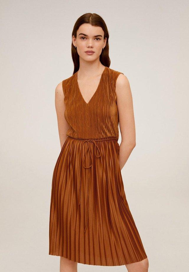 PLET - Korte jurk - oker