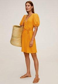 Mango - CACHE-CŒUR À POIS - Vapaa-ajan mekko - moutarde - 1