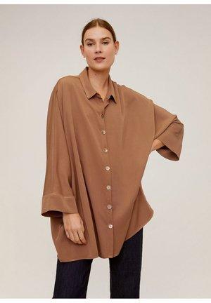 FLIESSENDE BLUSE MIT KNÖPFEN - Button-down blouse - braun