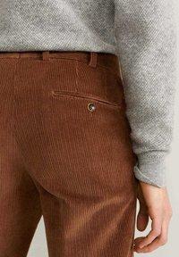 Mango - SLIM FIT-CORDHOSE - Pantalon classique - mittelbraun - 4