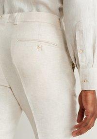 Mango - FLORIDA - Pantalon de costume - ecru - 4