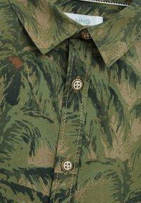 Mango - BAUMWOLLHEMD MIT HAWAII-PRINT - Koszula - khaki - 2