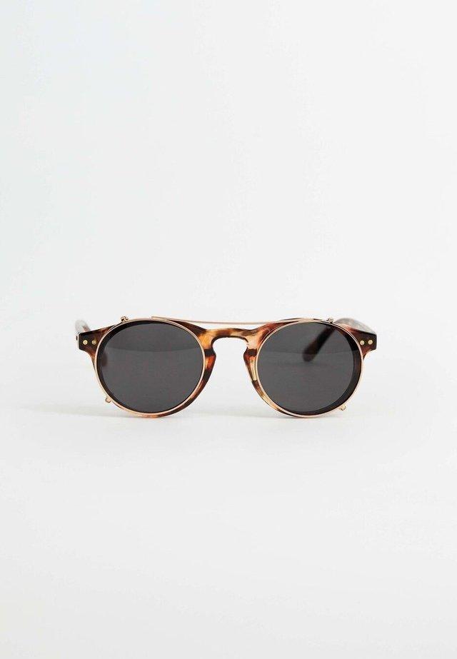 CLIP - Sunglasses - kognac