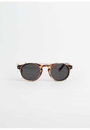 SONNENBRILLE MIT CLIP - Sunglasses - kognac