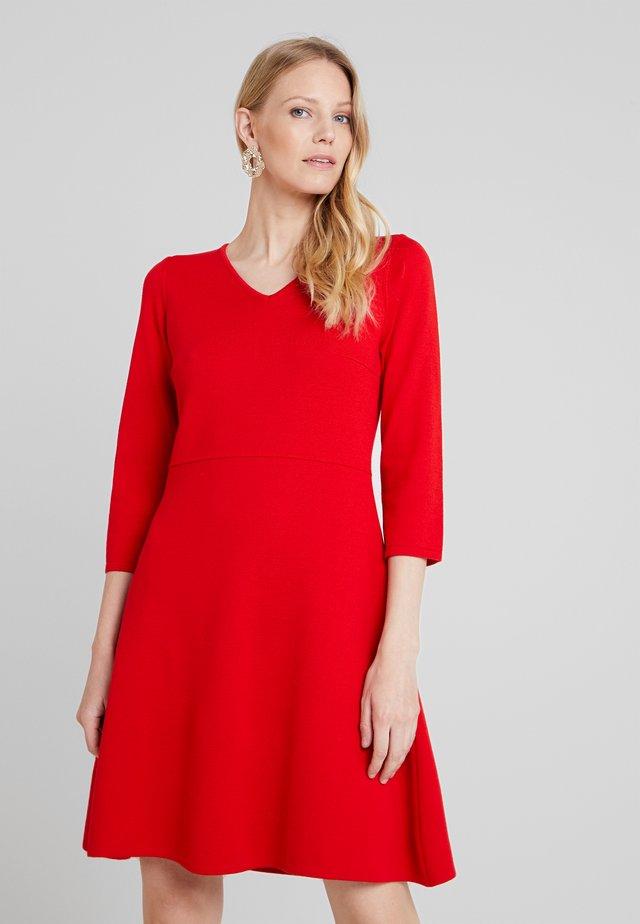 Stickad klänning - just red