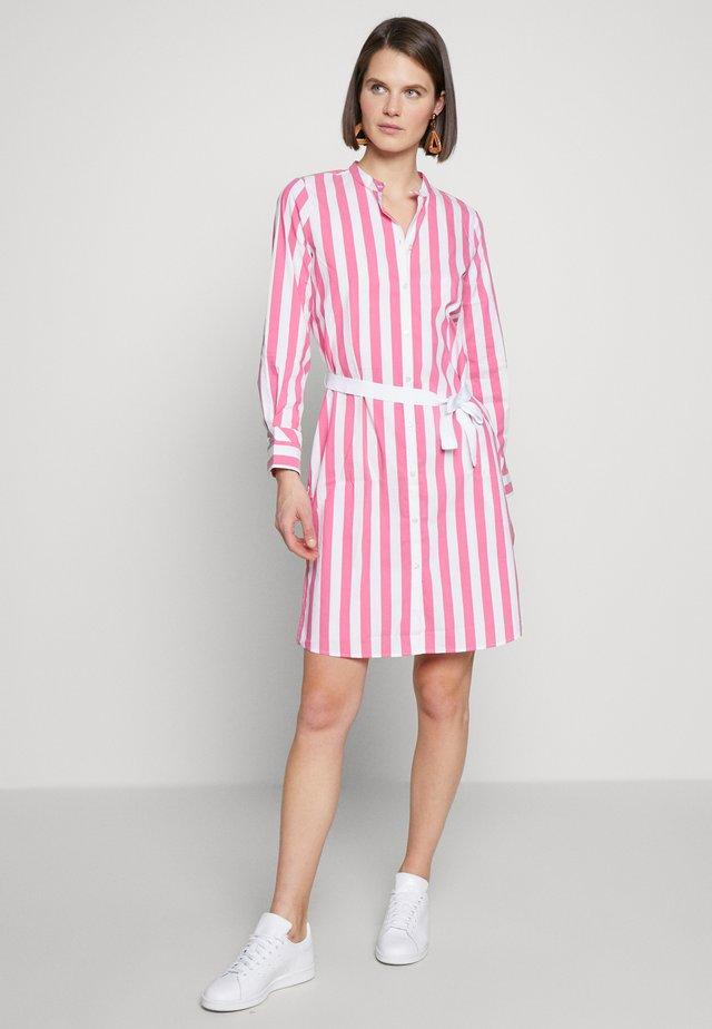 Sukienka koszulowa - magenta