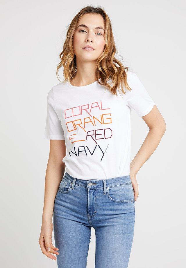 RUNDHALS - T-shirt z nadrukiem - pure white