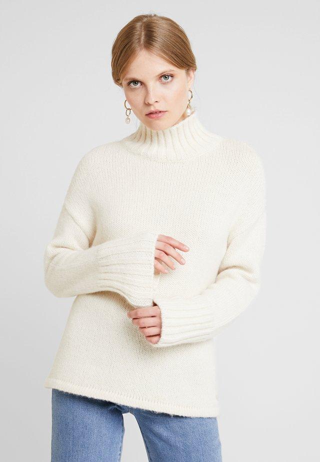 Stickad tröja - new white