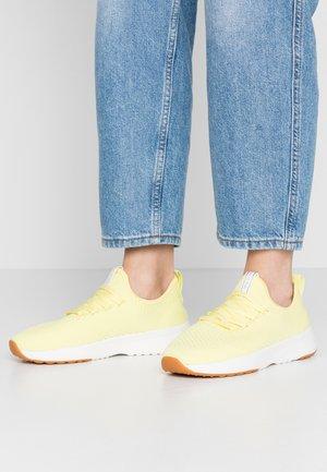 LOLETA - Baskets basses - yellow
